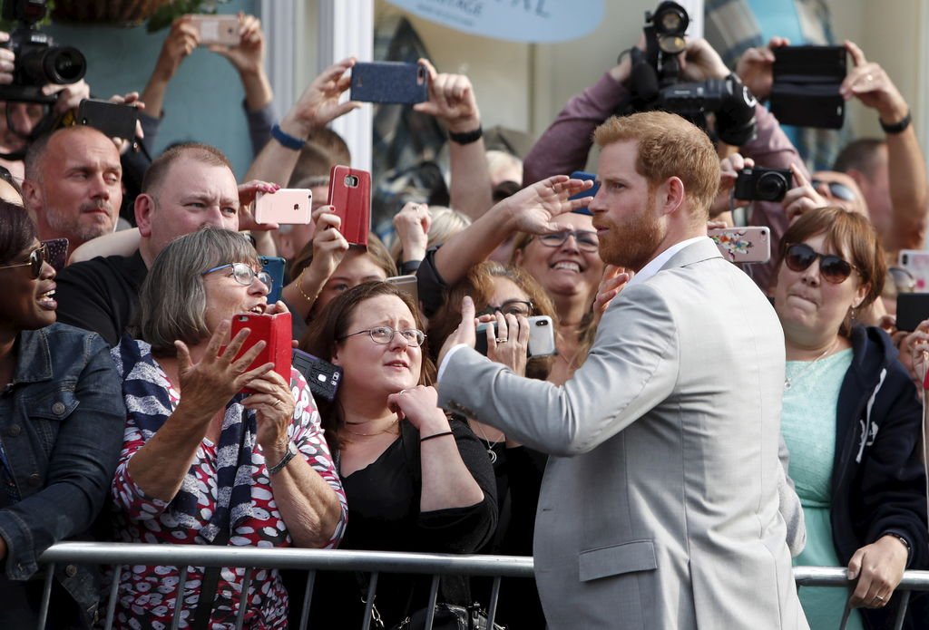 Le prince Harry a pris un bain de foule à Windsor, vendredi.
