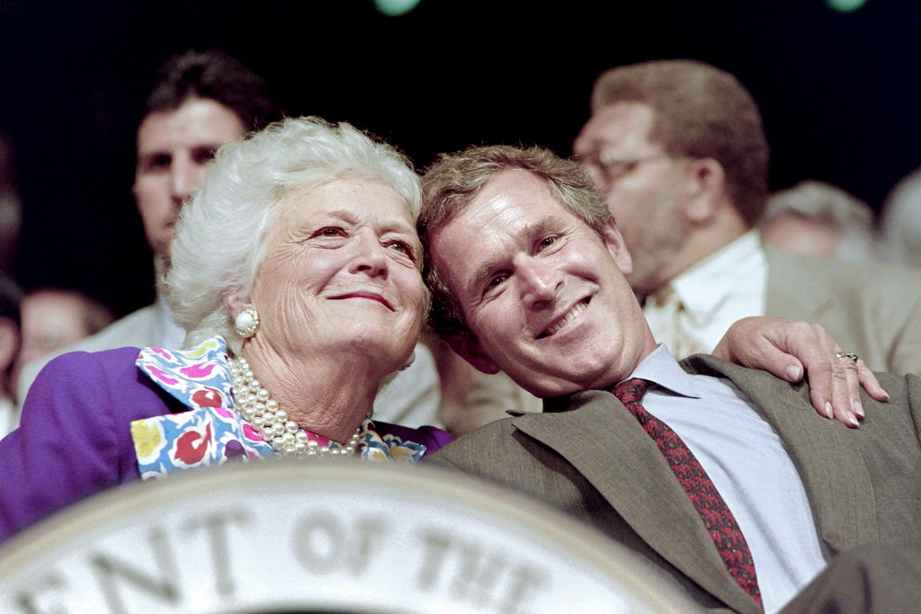Barbara Bush et son fils George W. Bush, en 1992.