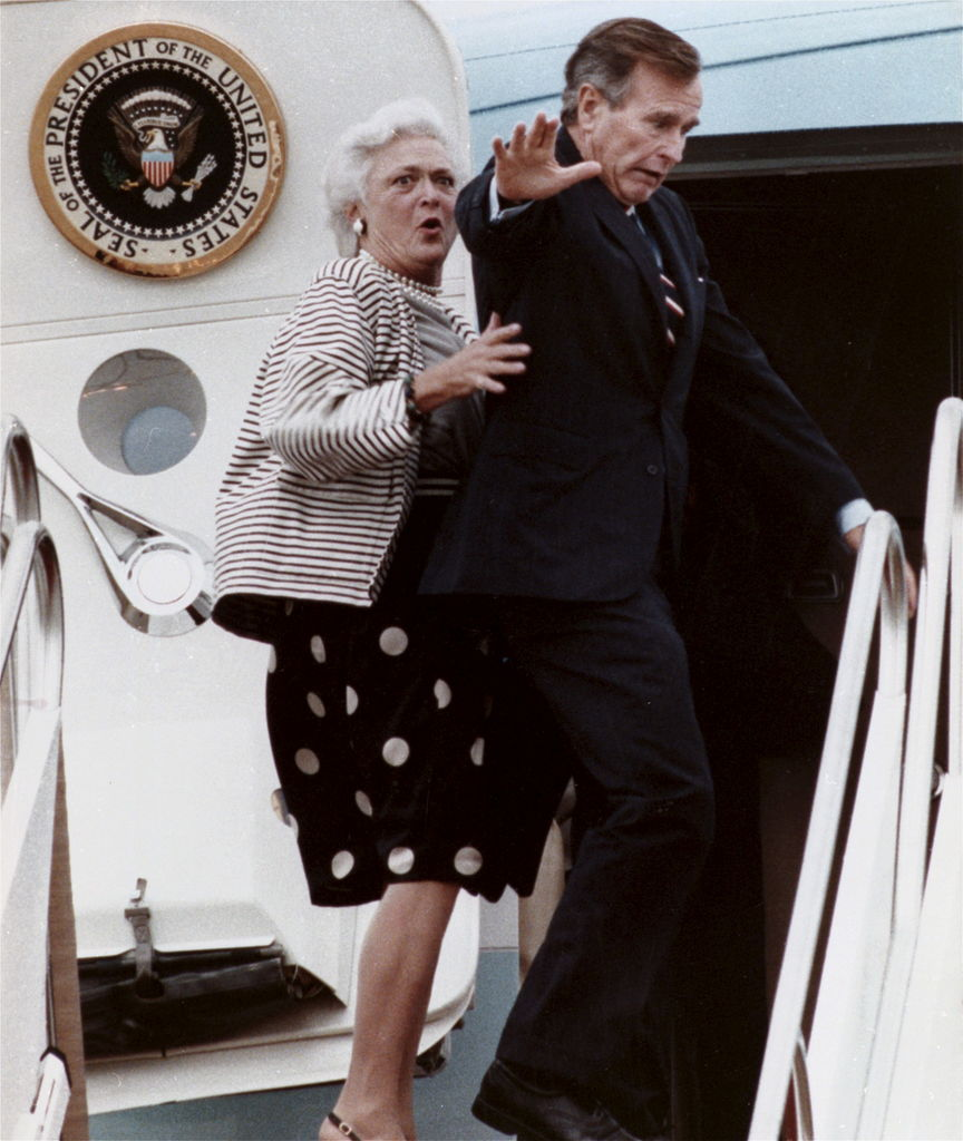Moment cocasse capté en 1989: George Bush pilant sur le pied de sa femme Barbara en montant à bord du Air Force One.