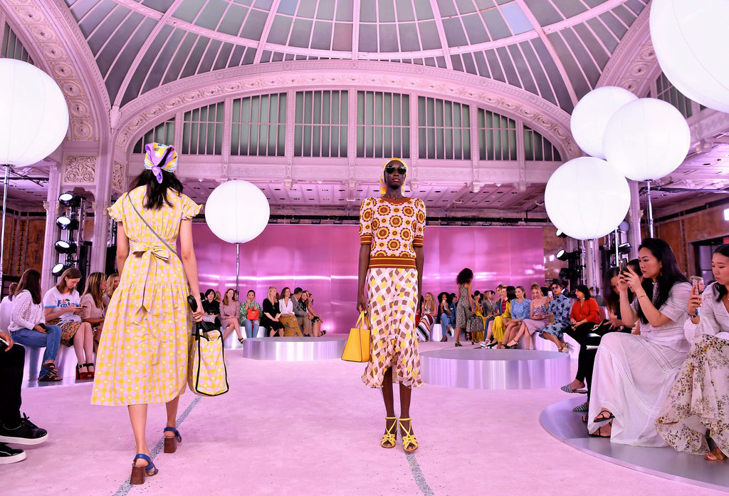 Des mannequins défilent sur le podium lors du défilé de mode new-yorkais de Kate Spade au New York Fashion Week le 7 septembre 2018 à New York.