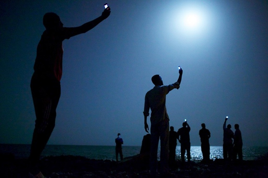 <p>La Photo de l'année 2013 du World Press Photo est un cliché de l'Américain John Stanmeyer montrant les migrants africains sur la rive de la ville de Djibouti, de nuit, levant leur téléphone pour capter un réseau.</p>