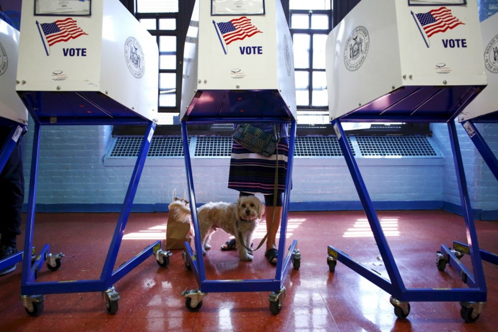 A woman casts vote at a polling station in Brooklyn, New York during the New York presidential primary April 19, 2016. / AFP PHOTO / KENA BETANCUR
