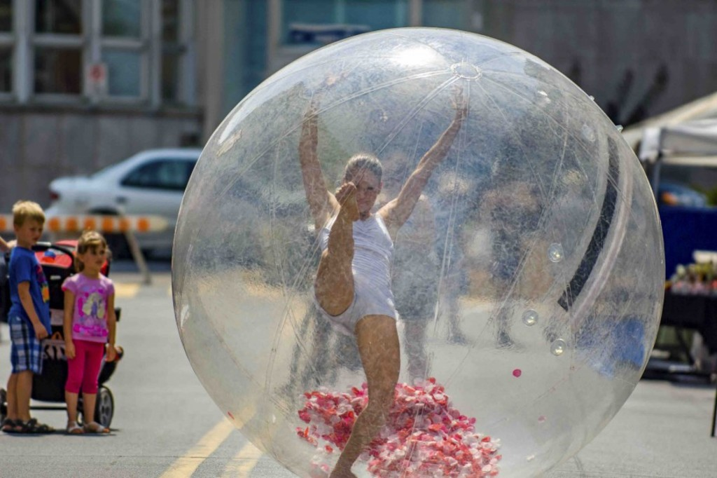 <p><em>Bubble dance</em></p>