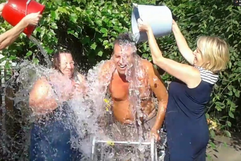 Claude Fortin en train de relever son Ice Bucket Challenge.