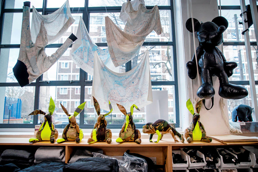 Vêtements et accessoires fait de matériaux recyclés en montre au studio de Christopher Rayburn.  After a childhood building tree houses and robots, British designer Christopher Raeburn has made a career out of transforming unusual materials -- including parachutes -- into clothes ready for the catwalk.