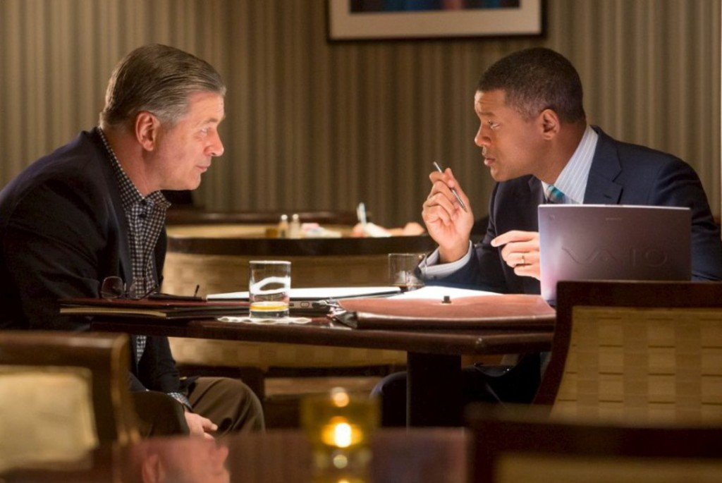 <p>Alec Baldwin et Will Smith dans <em>Commotion</em></p>